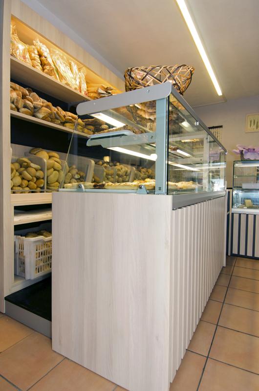 Progetto e realizzazione panetteria tre scalini di borgosesia for Negozi arredamento pesaro