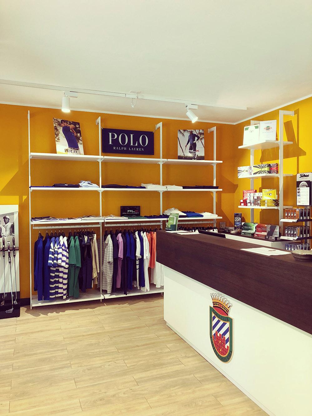 Arredamento negozio di abbigliamento sportivo agrate conturbia for Arredamento shop