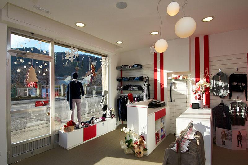 Progetto e arredamento negozio di abbigliamento per bambini agitaty