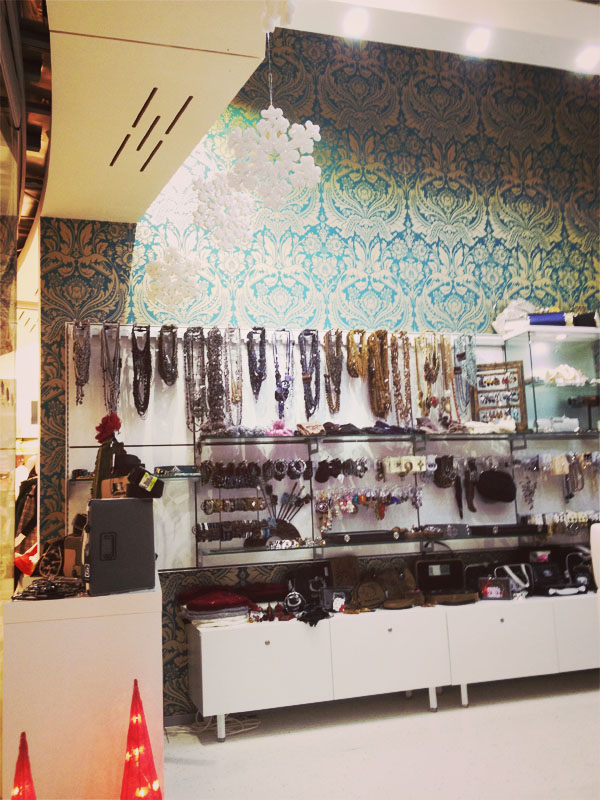 Arredamento negozio di accessori all 39 interno di un centro for Outlet online arredamento design
