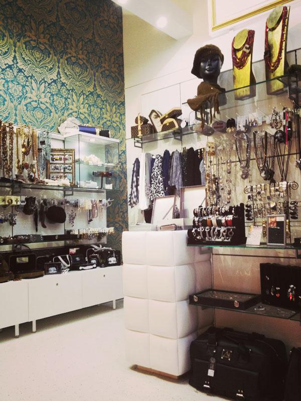 Arredamento negozio di accessori all 39 interno di un centro for Arredamento accessori