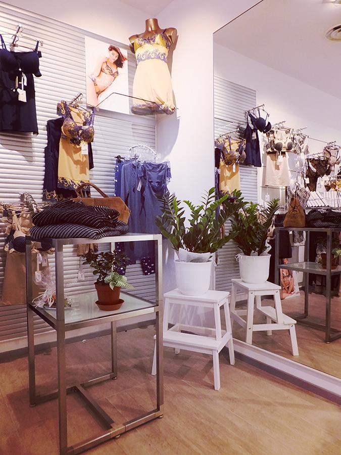 Arredamento negozio di abbigliamento e intimo casa della calza for Arredamento della casa