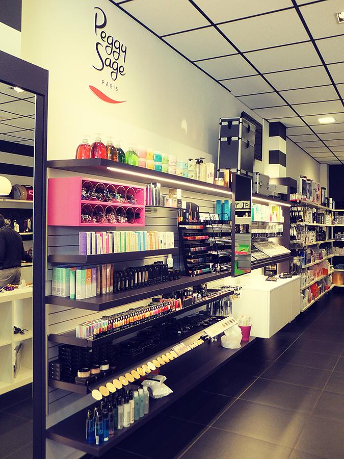 Progettazione esposizione make up per geg hair borgosesia for Arreda negozi shop
