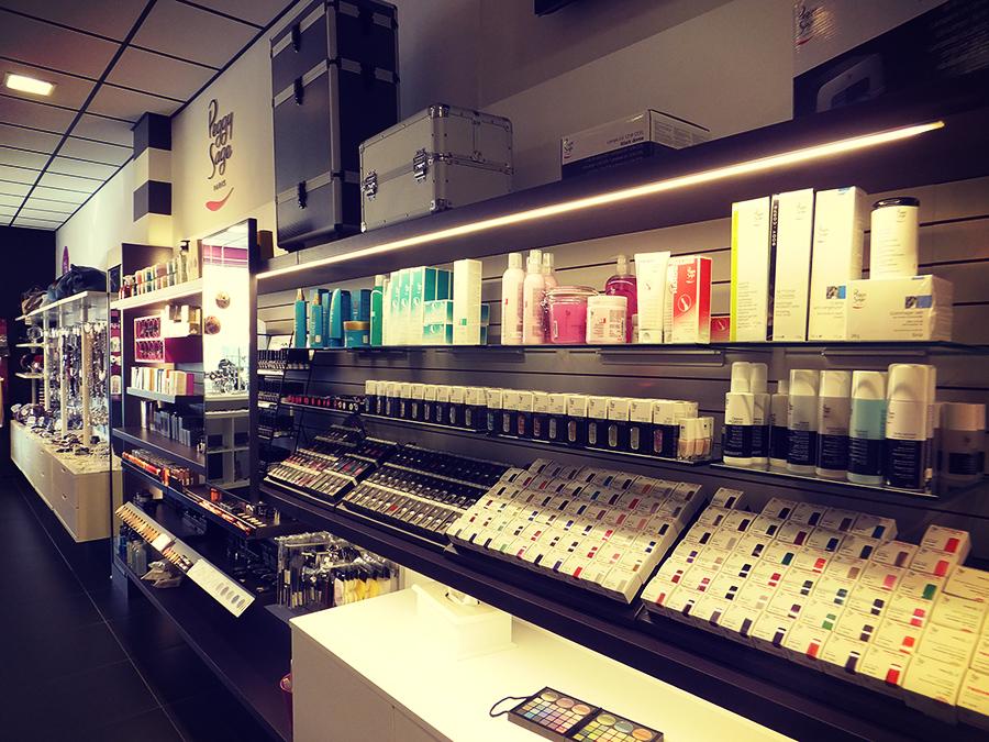 Progettazione esposizione make up per geg hair borgosesia for Arredamento shop
