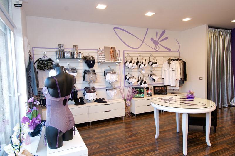 Arredamento negozio di abbigliamento intimo bylu di borgosesia for Negozi arredamento