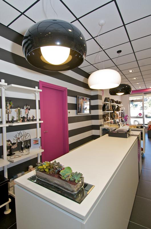 Arredamento negozio di accessori prodotti per capelli e for Arredamento accessori