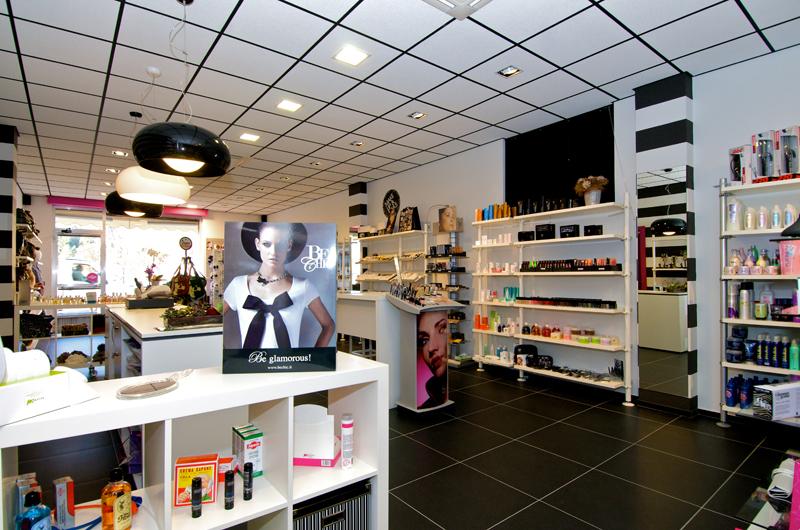 Arredamento negozio di accessori prodotti per capelli e for Accessori arredamento negozi
