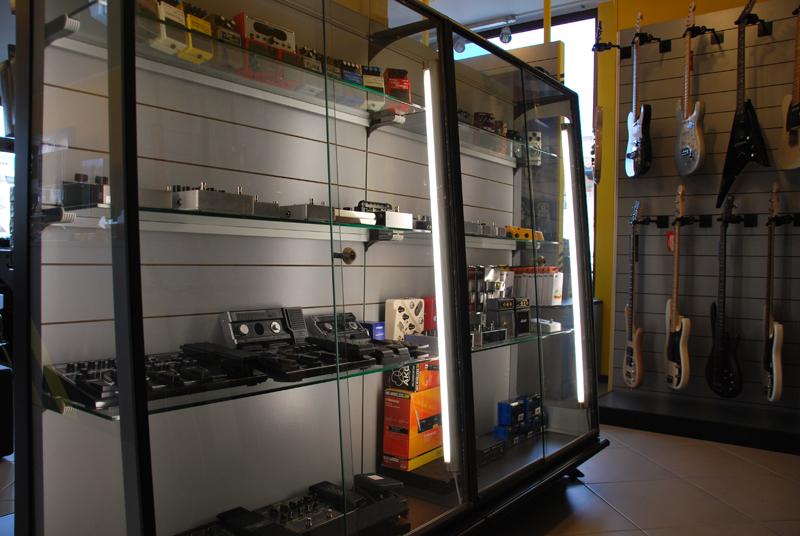 Progettazione e allestimento del negozio di strumenti for Negozi arredamento